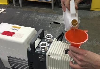 Заправка насоса вакуумным маслом