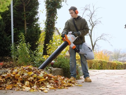 Уборка листвы воздуходувкой