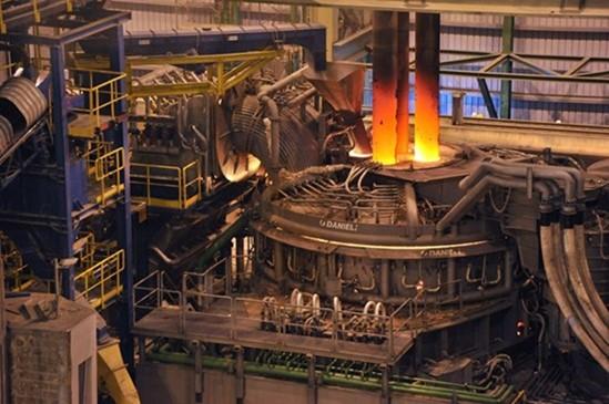 Огромная промышленная дуговая печь