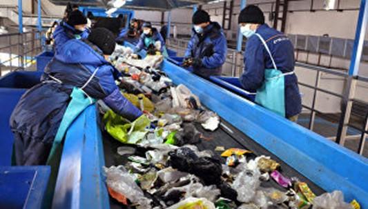 Сортировка мусора на перерабатывающей фабрике