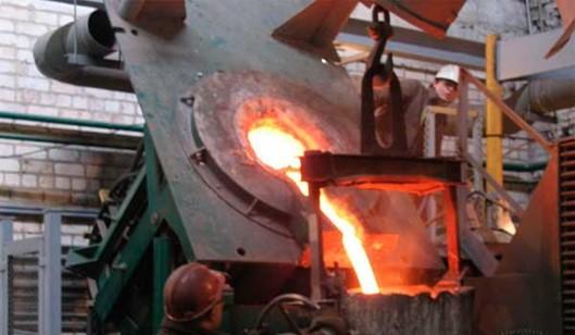 Процесс слива расплавленного метала из индукционной печи